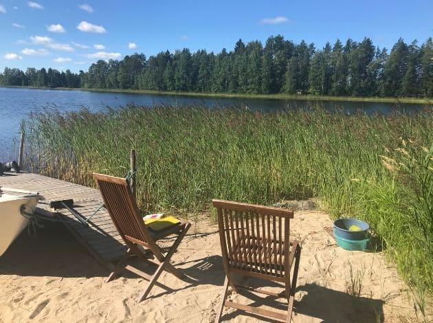 フィンランドのサマーコテージ。湖のベンチ