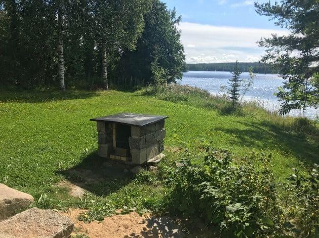 フィンランドのサマーコテージ。湖がすぐそこ。